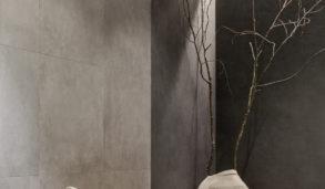 Grått bad med store fliser i utstilling i Skien