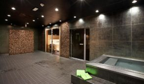 Brune fliser på gulv og vegg i sauna