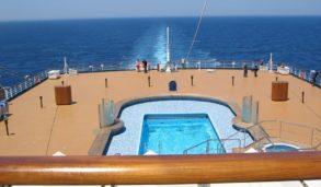 Flislagt utendørs basseng på cruiseship