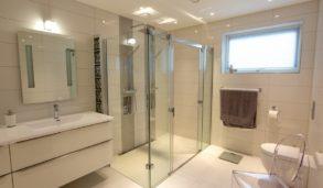 Stor dobbel dusj på bad med store fliser