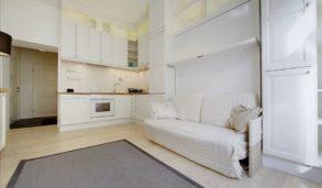 Liten leilighet med fliser over kjøkkenbenken