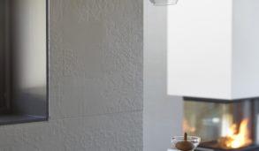 Hvite relieffliser på hele kjøkkenveggen