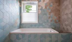 Innebygget badekar med blå fliser