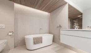Beste design på bad, store fliser og spiler I taket