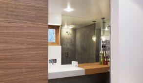 Bad med skyvedør i tre og betongfliser