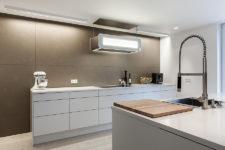 Naturtoner og hvitt på kjøkkenet
