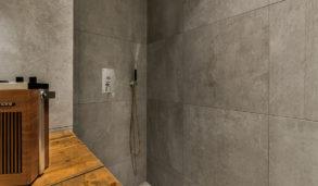 Store sementfliser på vegger i dusjen
