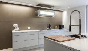Brune fliser på kjøkkenet