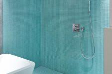 Stor dusj med glassmosaikk på gulv og vegg
