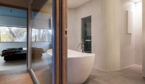 Hovedbad med frittstående badekar og stort vindu
