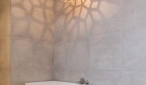 Frittstående badekar og stor lampe