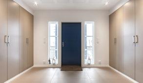 Blå inngangsdør matcher flisene med prikker