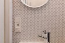 Bittelite bad med hexagonmosaikk