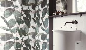 Tropisk inspirert baderom med keramisk flis