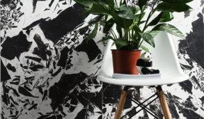 Fliser på vegg inspirert av spettete marmor