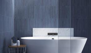 Blått bad med stående smale fliser og badekar