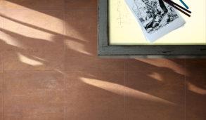 Gulv med oransje metallfliser inspirert av Corten stål
