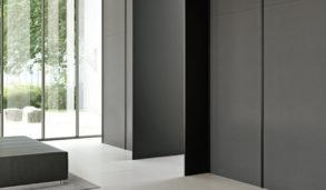 Minimalistisk entre med store italienske fliser på gulvet