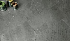 Grått gulv med keramiske fliser i varierende størrelser