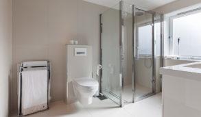 Hvite bad med minimalistisk design