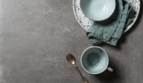 Grå gulvflis som bordplate