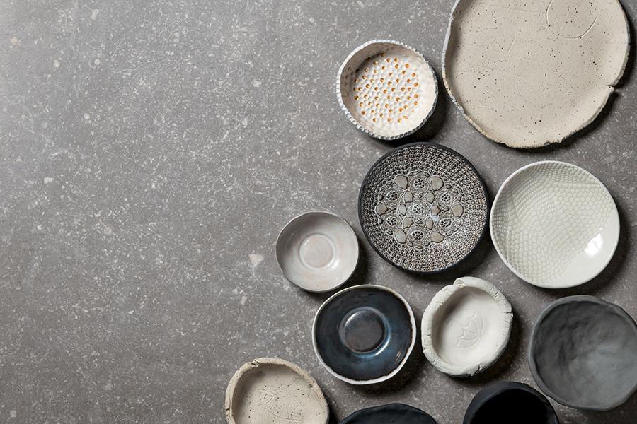 Grå flis til gulv inspirert av stein med keramikkboller