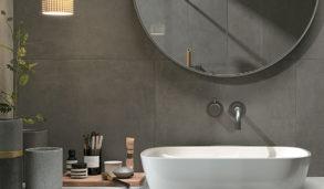 Store, mørke keramiske fliser på vegg med benkeplate i marmorflis