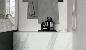 Minimalistisk bad med grå og hvite fliser