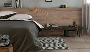 Soverom med grå betongfliser på gulv