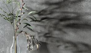 Nærbilde av flis inspirert av metall med hylle på veggen