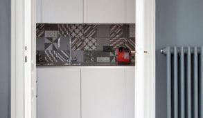 Hvitt kjøkken med mønsterfliser med sterkt mønster