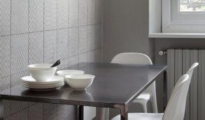 Hel vegg med fliser med mønster på kjøkken