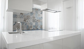 Minimalistisk kjøkken i høyglans med mønsterfliser med farger