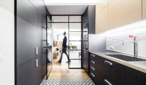 Svart kjøkken med gulvfliser med mønster.