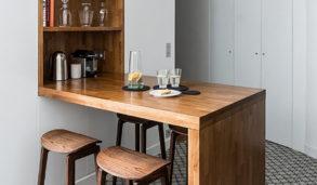 Lite kjøkken med koselige mønsterfliser på gulvet