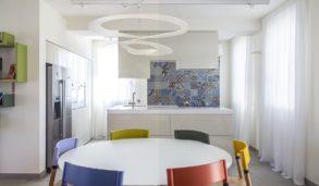 Mønstrede fliser på kjøkkenveggen i flere farger.