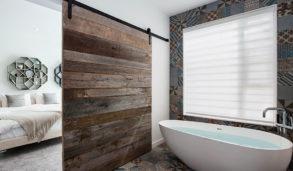 Bad med skyvedør i tre og mønsterfliser