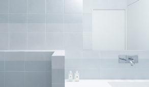 Lyst bad med mønsterflis i en kald blå farge
