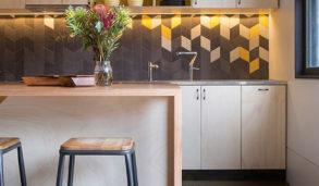 Trendy kjøkken med rombeformet flis over benken