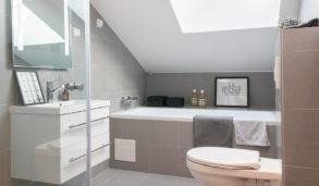 Rent design på baderom med samme flis på gulv og vegg