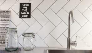 Kjøkkenvegg med rektangulære fliser i hvit matt overflate