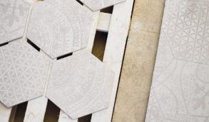 Lyse hexagonfliser med mønster til gulv eller vegg i kjøkken