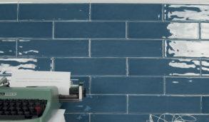 Blå, blanke klassiske veggfliser til kjøkkenet