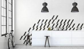 Minimalistisk kjøkken med miks av fliser på veggen