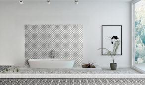 Utstilling av mønsterfliser og badekar i lyst rom