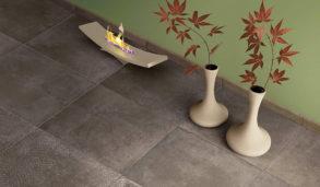 Betonginspirerte gulvfliser og grønn vegg