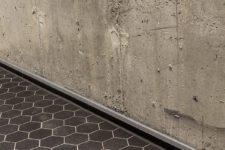 Hexagon gulvfliser mot røff betongvegg