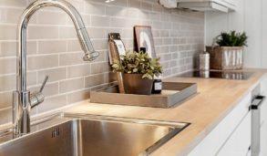 Fliser til kjøkkenveggen med blank overflate