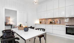 Kjøkken med klassiske vakre veggfliser i små størrelser
