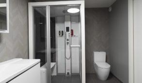 Moderne baderom med grå fliser